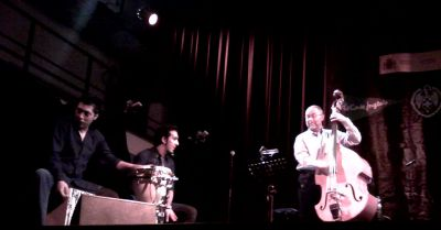 Bandolero, Juan Carmona y Dave Holland. Foto: Arturo Mora Rioja