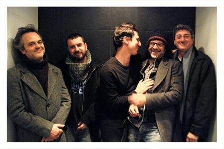 El Verdeo Quinteto, con Luis Balaguer, David León, José López, Pedro Cortejosa y Arturo Serra, durante las sesiones de grabación en Granada. Frío con risas