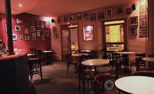 Pequeños en su mayoría, cálidos pese aparecer incómodos, los clubes de jazz siempre han tenido más pinta de refugio ante la amenaza exterior que de servir a la conspiración. Ahí están los neoyorquinos Birdland, Village Vanguard, el desaparecido, forrado de madera, Bradley`s, desde hace un tiempo el muy reducido pero prestigioso Cornelia Street Cafe, también el Naima en Sevilla lo es...