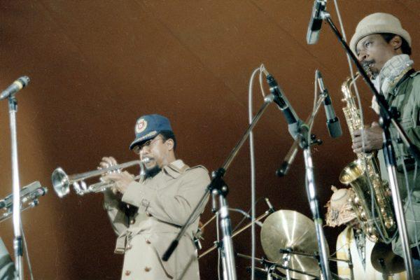 "Art Ensemble of Chicago, New Jazz Festival Moers (Moers Festival) 1978 left to right: Lester Bowie, ""Famoudou"" Don Moye (half covered), Roscoe Mitchell. 13 de mayo de 1978. Fotografía por Nomo michael hoefner http://www.zwo5.de"