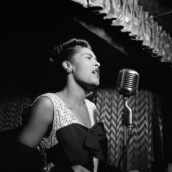 Billie Holiday en Downbeat club (New York City, ca. Feb. 1947). Fotografía por William P. Gottlieb