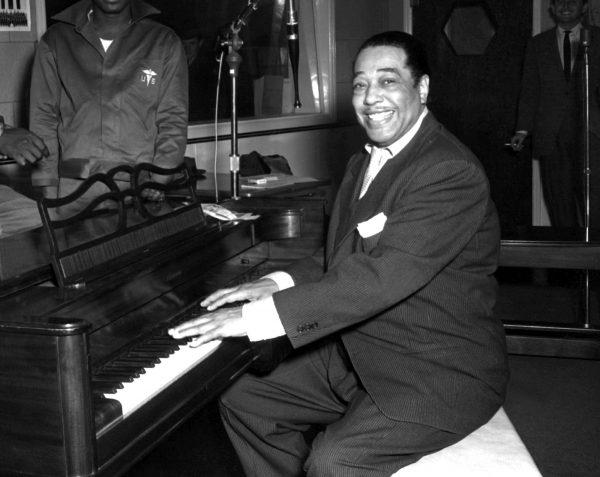 Duke Ellington posa al piano en los estudios de la KFG Radio el 3 de noviembre de 1954. Autor desconocido.